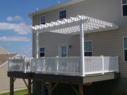 Vinyle deck with trellis